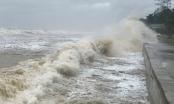 """Sóng lớn tấn công """"phố biển"""" ở Nghệ An trước giờ bão số 8 đổ bộ"""