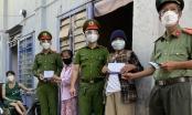 Đà Nẵng: Công an quận Liên Chiểu trao quà hỗ trợ cho 50 hộ gia đình gặp khó khăn do Covid-19