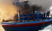 Chuẩn bị nhổ neo, một tàu cá ở Quảng Ngãi bốc cháy dữ dội