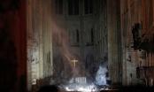 Cây thánh giá vẫn đứng vững và bừng sáng sau vụ cháy Nhà thờ Đức Bà Paris