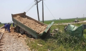 Tàu hỏa húc xe tải nát tươm, tài xế Nghệ An chết kẹt trong cabin