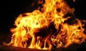 Điên tình, phóng hỏa phòng trọ khiến vợ cũ và con trai bỏng nặng