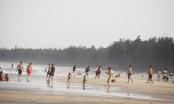 Mỹ Khê tấp nập người đổ xô tắm biển bất chấp lệnh cấm