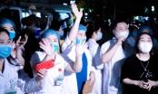 Khoảnh khắc vỡ òa của hàng trăm y bác sĩ khi Bệnh viện Bạch Mai dỡ bỏ cách ly