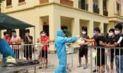 Bộ đội nấu cháo cho trẻ em trong khu cách ly ở Nghệ An