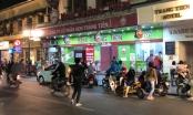 Người dân tụ tập ăn kem, chủ quan trước dịch Covid-19 ở Hà Nội