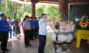 Đoàn Thanh niên Bộ Tư pháp dâng hương tưởng niệm tại Ngã ba Đồng Lộc và trao quà cho hộ nghèo ở huyện Can Lộc