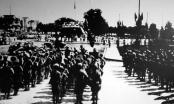 Hai cô gái kéo cờ tại Ba Đình ngày 2/9/1945
