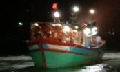 Tàu cá cùng 9 ngư dân bị mắc cạn ở Lý Sơn có nguy cơ bị sóng đánh chìm