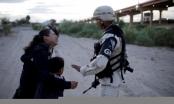 Hình ảnh quốc tế ấn tượng: Người mẹ nhập cư bật khóc cầu xin được vào nước Mỹ