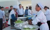 Bất ngờ kiểm tra, phát hiện bếp ăn tập thể bệnh viện ở Hà Nội vi phạm đủ thứ