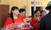 Vượt nghìn dặm xa, văn nghệ sĩ Sài Gòn và người trẻ Bình Phước trao hơn 1 tỷ đồng cho miền Trung