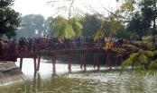 Mướt mồ hôi chen chân lễ đền Ngọc Sơn đầu năm mới