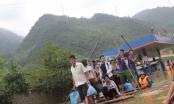 Mai Châu - Hòa Bình: Người dân đi bè qua QL6 vì nước ngập sâu hơn 1m