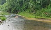 Nóng: Phát hiện suối đầu nguồn gần nhà máy nước sạch Sông Đà có hiện tượng dầu loang đã qua sử dụng