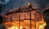 Yên Bái: Toàn bộ ngôi nhà sàn bằng gỗ bốc cháy dữ dội trong đêm