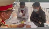 Hà Nội: Phát hiện đôi nam nữ tự làm nhiều giấy đi đường để thông chốt