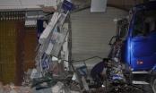 TP HCM: Xe ben gây tai nạn rồi tông sập nhà dân trong đêm