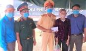 Cụ bà 88 tuổi đi 20km để tặng quà cho lực lượng kiểm soát dịch bệnh Covid-19