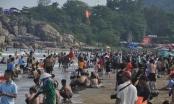 Bãi biển Sầm Sơn ken đặc người, quy định phòng chống dịch phá sản