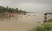 Tàu cát tông sập cầu Sông Hoàng, một phụ nữ rơi xuống sông.