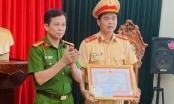 Thanh Hóa: Trao bằng khen cho đại úy CSGT cởi áo cầm máu cứu người