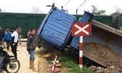 Thanh Hóa: Băng qua đường sắt, xe tải bị tàu húc văng ra ngoài