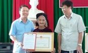 Chủ tịch UBND tỉnh Thanh Hóa trao tặng Bằng khen cho cụ Mơ xin thoát nghèo