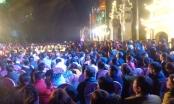 Hàng ngàn người chờ đợi nhận túi lương tại Đền Trần Thương