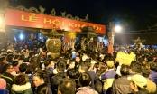 Dòng người xô đẩy, vượt rào vào cướp lộc tại lễ khai ấn Đền Trần