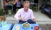 Tân Đại sứ Anh mê mẩn phở bò vỉa hè Hà Nội với tương ớt, dấm tỏi