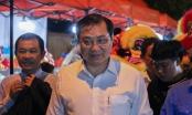 Chủ tịch Đà Nẵng dạo bộ cùng du khách ở khu chợ đêm Sơn Trà
