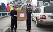 Hải quan Lào Cai trao tặng khẩu trang y tế cho Hải Quan Hà Khẩu, Trung Quốc