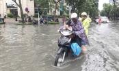 CSGT Hà Nội lội nước ngập đẩy xe chết máy giúp dân