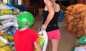 Người nước ngoài mang gạo đến ATM hỗ trợ người nghèo Việt Nam