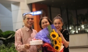 Bố Giang Hồng Ngọc ôm bánh và hoa mừng sinh nhật vợ ở sân bay sau gần hai tháng xa cách