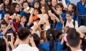 Đúng 2 năm đăng quang, Phạm Hương trở lại Nha Trang trong vòng vây người hâm mộ