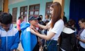 Ngọc Quyên ra Quảng Nam làm từ thiện cho các em dân tộc miền núi trong thời tiết mưa bão, sạt lở đất