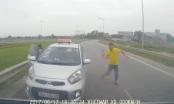 Bị chặn đầu trên đường ngược chiều, tài xế taxi rút tuýp sắt đe dọa người khác