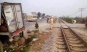 Hà Nam: 2 người trên xe tải thoát chết khi vượt đường ngang dân sinh
