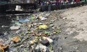 Váng dầu, rác thải ở ven bờ vịnh Hạ Long