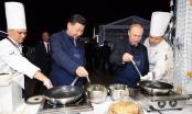 Video: Ông Putin và ông Tập Cận Bình đeo tạp dề, cùng nhau làm bánh
