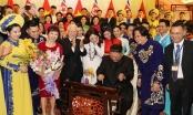 Chủ tịch Triều Tiên Kim Jong-un đánh thử đàn bầu Việt Nam