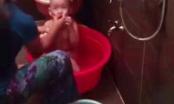 Sốc: Giúp việc bóp miệng, tấp khăn ướt vào mặt khi tắm cho trẻ