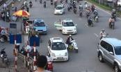 """Taxi """"dàn trận"""" chiếm cổng bệnh viện Bạch Mai"""