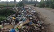 Hà Nội: Bãi rác khủng chặn đường giao thông liên xã