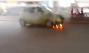 NÓNG: Clip xe ôtô đang đi bỗng bốc cháy ở Hà Nội