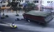 Hoảng hồn clip xe tải chở than lật đổ đè bẹp 2 người