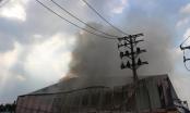 TP HCM: Cháy lớn cơ sở thực phẩm, lính cứu hỏa phá tường dập lửa