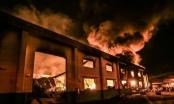 Trắng đêm dập đám cháy dữ dội ở kho chứa sơn ở Bình Dương
